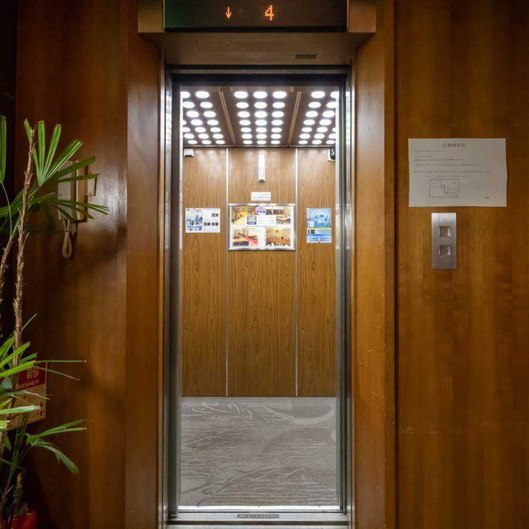 4階 - フロントへはエレベータでお越しください